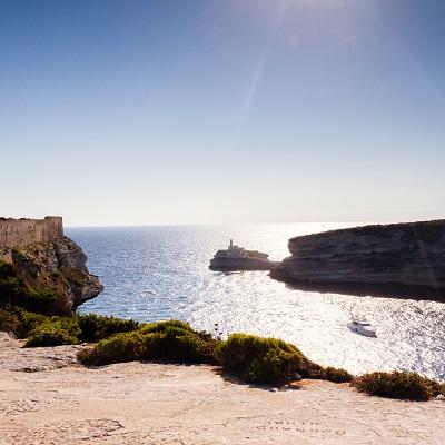 Vue sur la Madonetta et la mer à Bonifacio