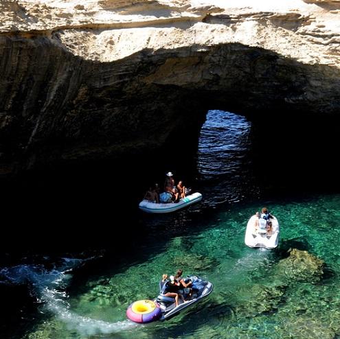 Jet ski et bateaux explorant les grottes de Bonifacio