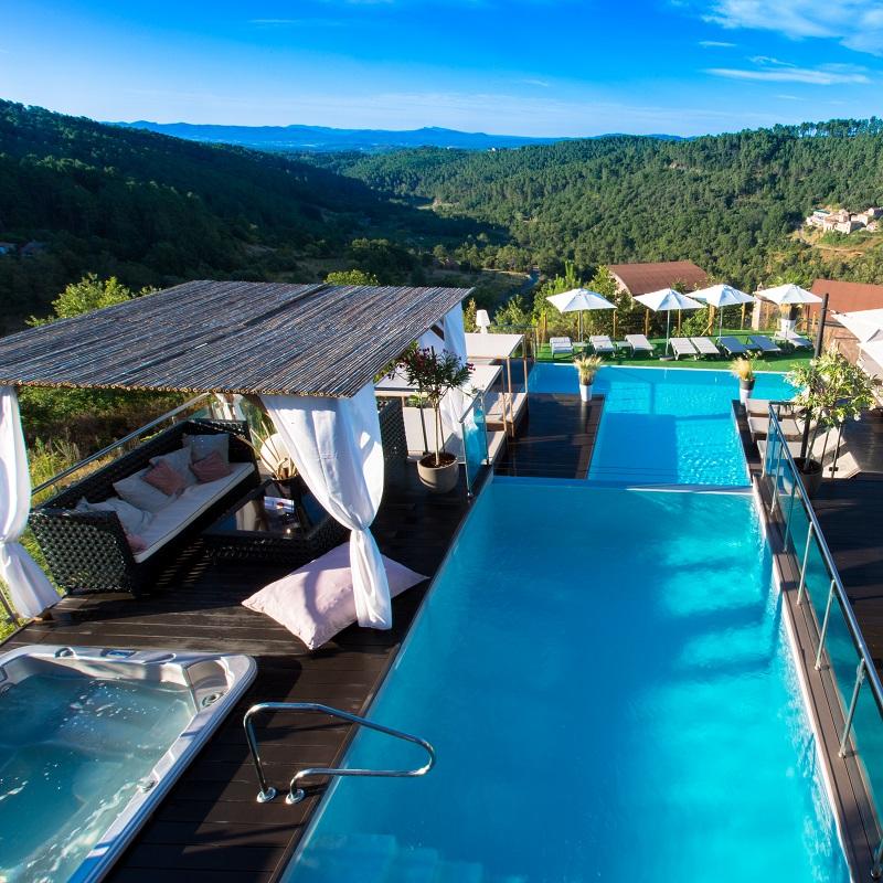 Vue de la piscine et de la valleé au Domaine De Chalvêches **** à Faugères
