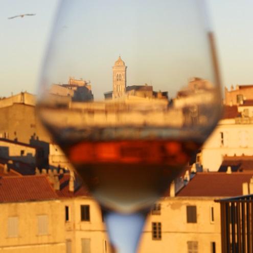 Vue de Bonifacio à travers un verre de vin corse