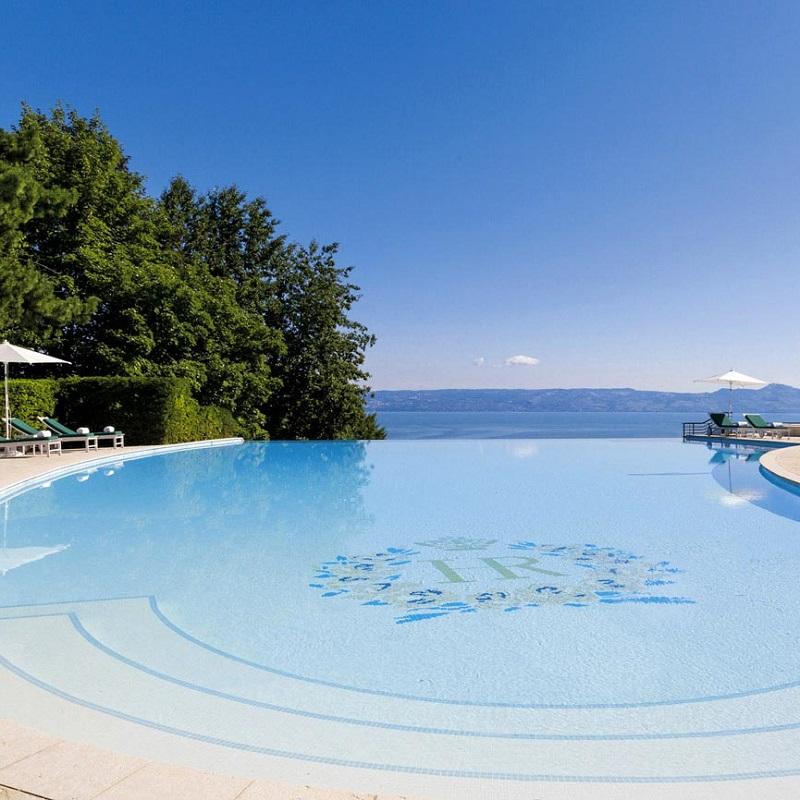 Vue sur la piscine du Royal Evian Resort ***** à Evian-les-Bains