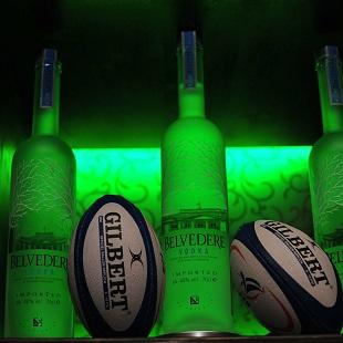 Bouteilles de vodka et ballons de rugby à La Chistera