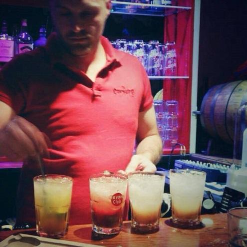 Barman et cocktails au Corsaire Pub