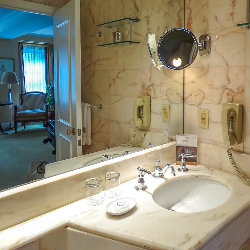 Salle de bain et chambre - Hôtel Plaza Athénée - New-York