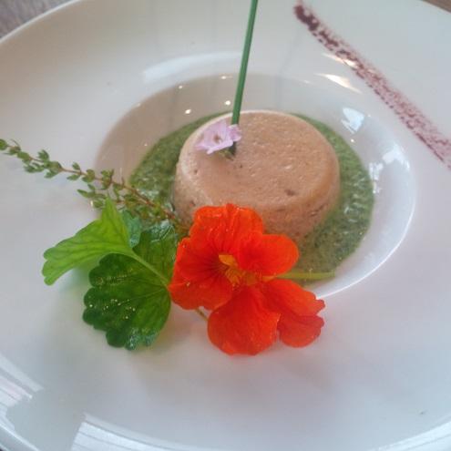 Plat avec fleurs comestibles au restaurant Comme à La Maison