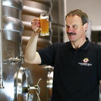 Employé du Landwehr Brau à Steinsfeld avec une bière