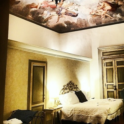 Chambre avec fresque au plafond au Burchianti à Florence