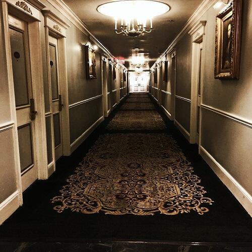 Couloir du Benson Hotel à Portland