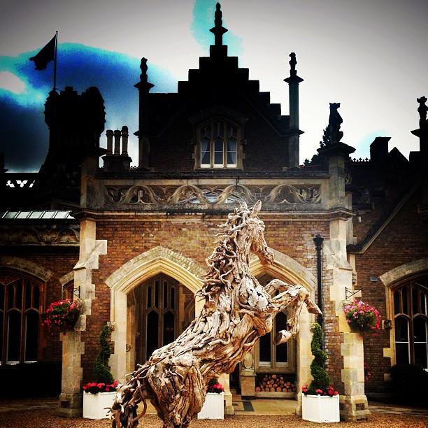 Façade de l'Oakley Court et statue d'un cheval