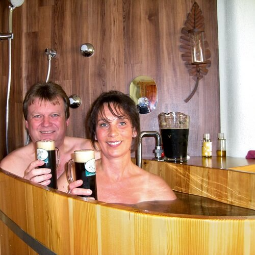 Couple buvant de la bière au spa au Gut Riedelsbach à Bayern
