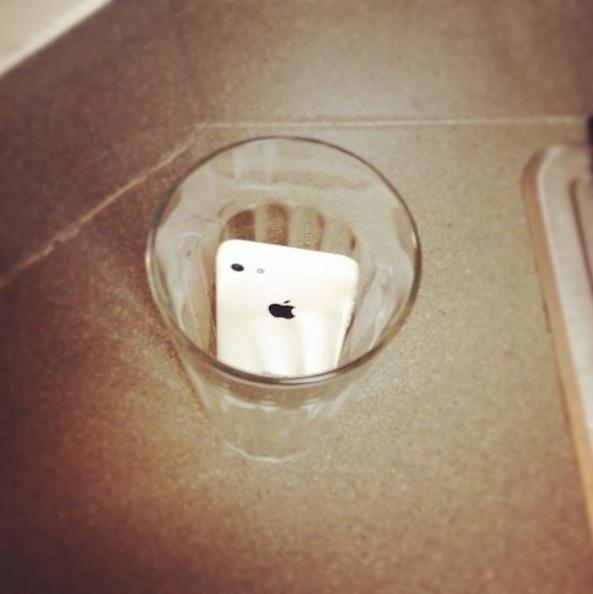 Téléphone dans un verre