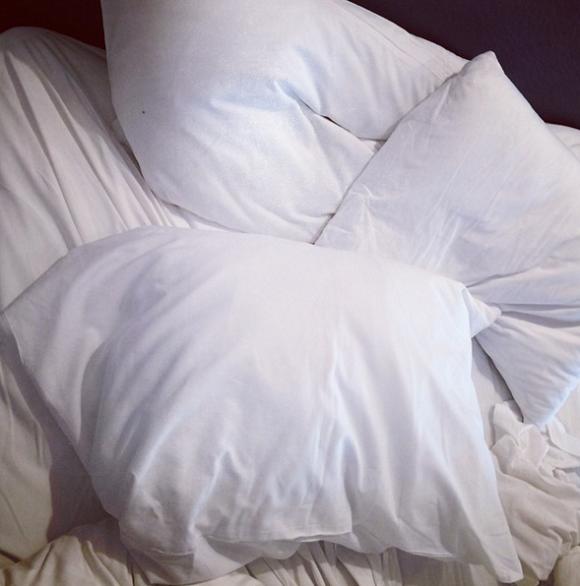 Trois oreillers sur un lit