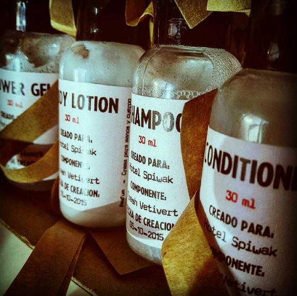 Shampoing, après-shampoing, gel douche et crème hydratante d'un hôtel