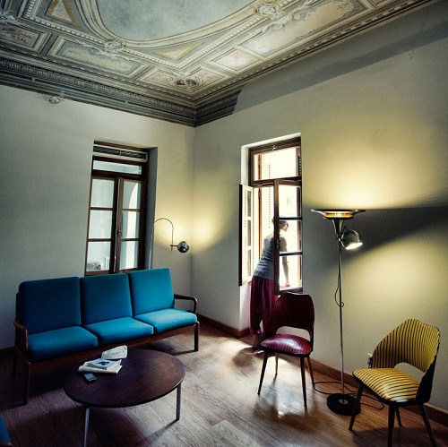 Salle commune avec moulures au plafond au City Circus Athens Hostel à Athènes