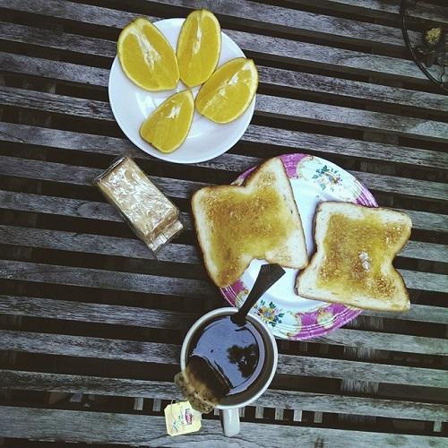 Petit-déjeuner avec café, pain et fruits au Moni Art Gallery Hostel à Singapour
