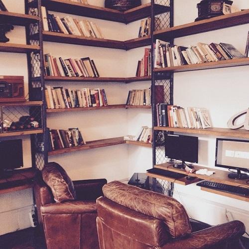 Livres et fauteuils à la bibliothèque de l'auberge de jeunesse la Casa Gracia à Barcelone