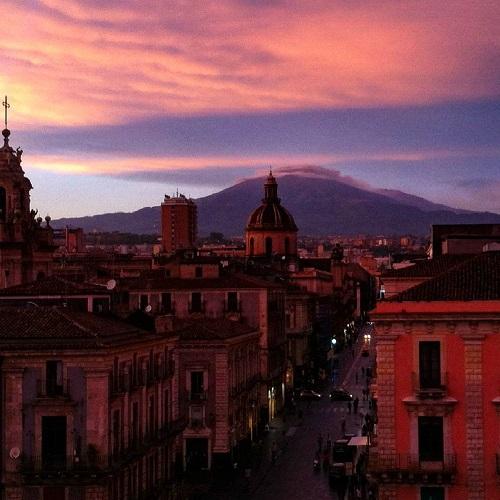 Vue sur Catania, en Sicile, en soirée depuis une auberge de jeunesse