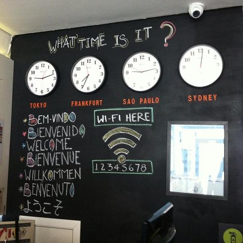 Mur avec horloges et wifi à l'auberge de jeunesse Aki Hostel à Sao Paulo