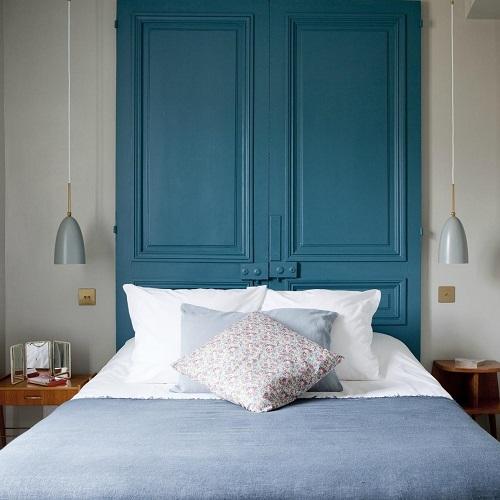 Chambre double à l'hôtel Henriette et tête de lit porte