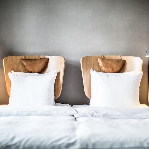 Chambre double à l'hôtel SP34 et tête de lit au style scandinave