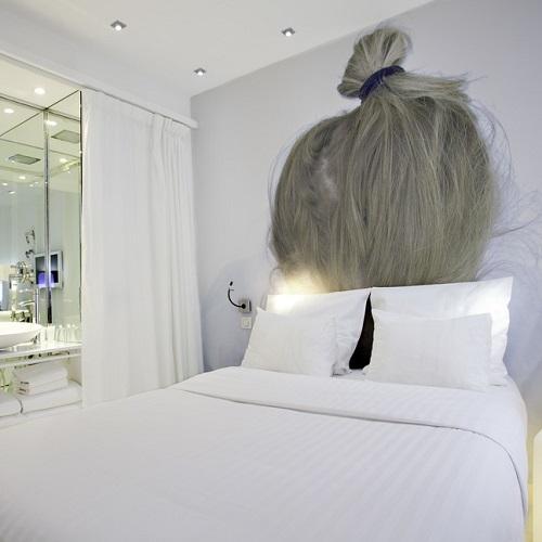 Chambre double à l'hôtel BLC Design et tête de lit cheveux