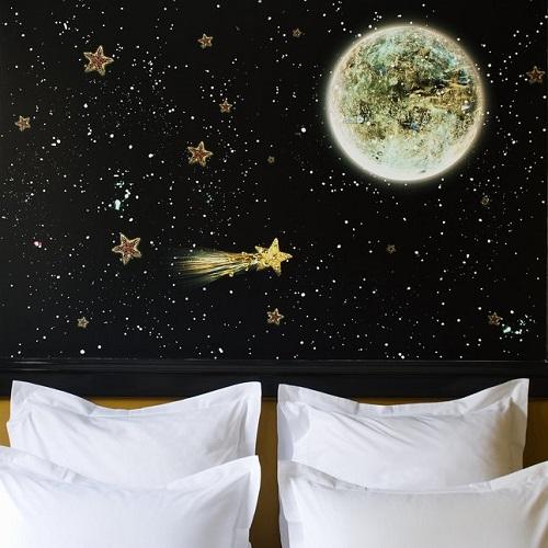 Chambre double à l'hôtel du Petit Moulin et tête de lit motif espace étoiles lune