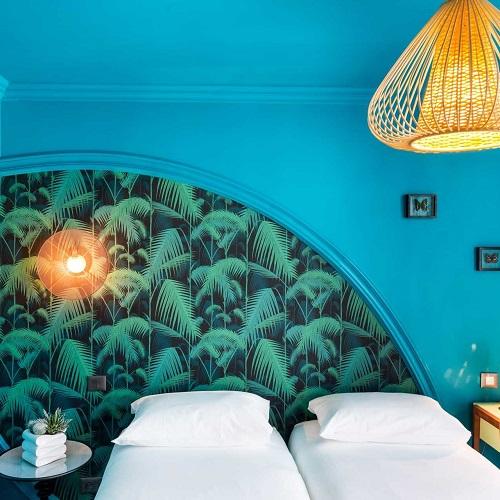 Chambre twin à la Villa Bougainville avec tête de lit motif exotique