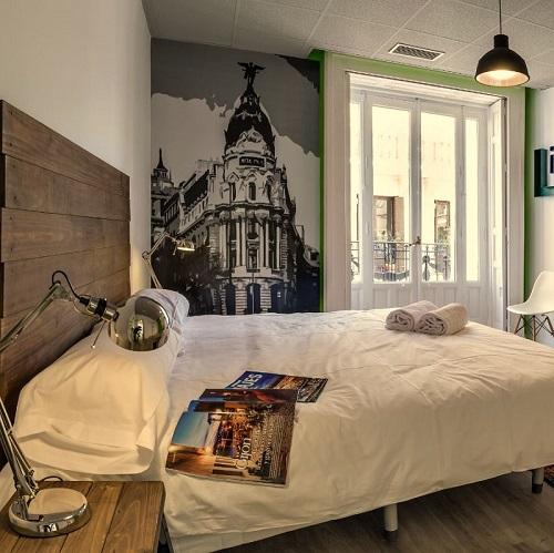 Chambre double avec balcon au Uhostel à Madrid