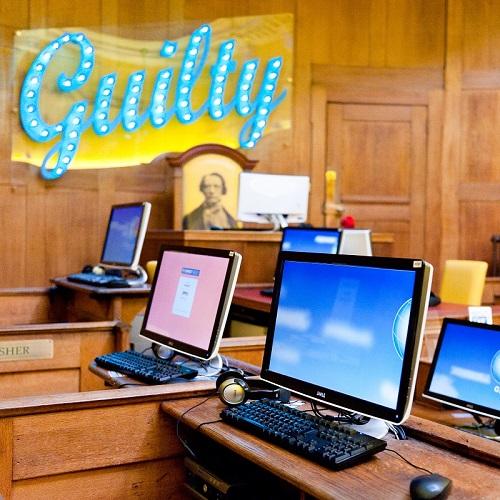 Salle informatique dans un ancien tribunal dans l'auberge de jeunesse Clink78 à Londres