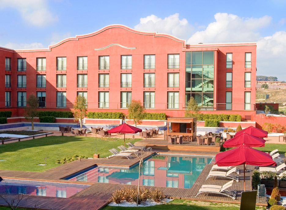 Vorderansich Hotel Montserrat, mit Pool im Vordergrund