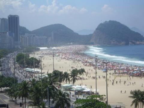 Buntes Treiben an der Copacabana