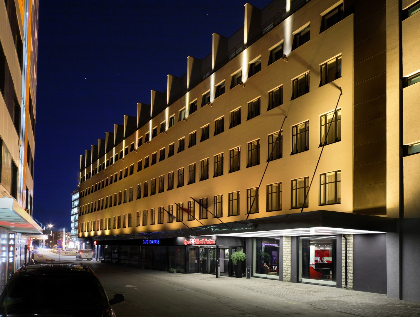 Reval Hotel Central am Abend