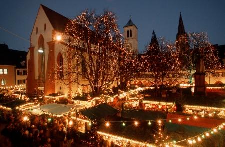 Weihnachtsmarkt am Abend, Foto: Freiburg Wirtschaft Touristik und Messe GmbH & Co. KG / Karl-Heinz Raach