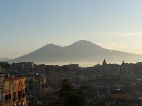 Blick auf den Vesuv von Neapel aus