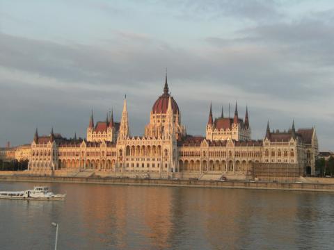 Ansicht des ungarischen Parlaments am Ufer der Donau