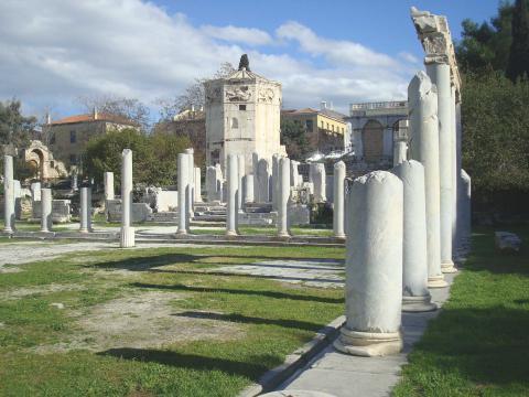 Blick auf den antiken Versammlungsplatz Agora