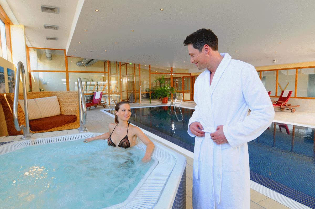 Hotel Vierjahreszeiten zwei Hotelgäste beim Whirlpool.