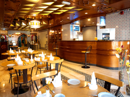 Der Coffee Shop des Hotels ist im andalusischen Design gestaltet.