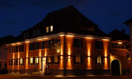 Außenansicht des Hotel Schieble bei Nacht