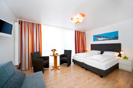Die Zimmer im Hotel Meerzeit sind hell und modern eingerichtet