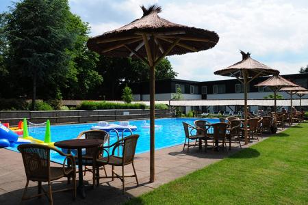Der Poolbereich des Hotels bringt echtes Südseefeeling nach Holland