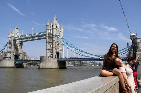 Raquel und Elisabet vor der Tower Bridge.