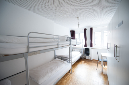 Blick in einen Schlafsaal des Hostels.