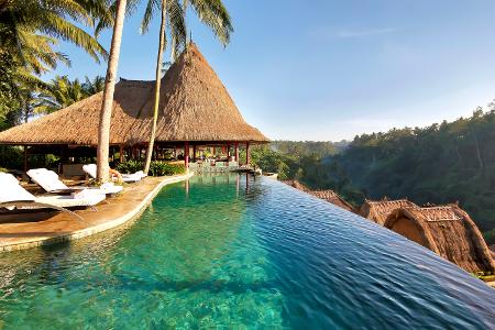 Der Infinity Pool vor der Kulisse des balinesischen Urwaldes