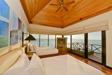 Eine Suite des Hotels Huvafen Fushi mit endlosem Meerblick