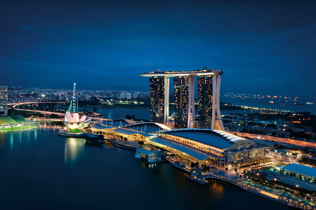 Das Hotel vor der singapurischen Marina Bucht bei Nacht