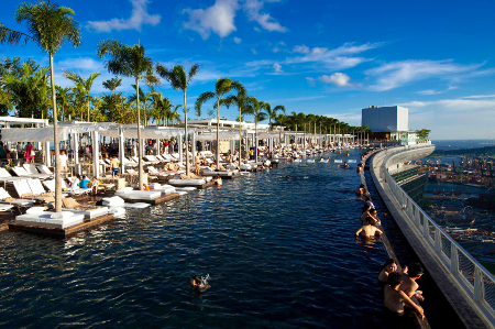 Der berühmte Infinity Pool auf dem Dach des Marina Bay Sand Hotels