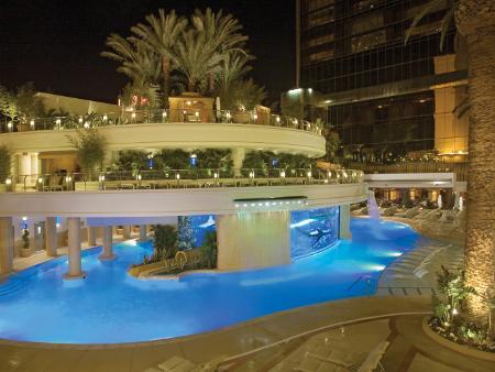 Herzstück des Poolbereichs im Golden Nuggets Hotel is das Haifischbecken