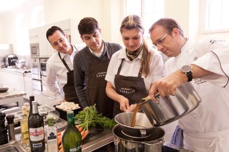 In der Kochschule Lerbach lernen die Hotelgäste von Zwei-Sterne-Koch Nils Henkel wichtige Tricks.