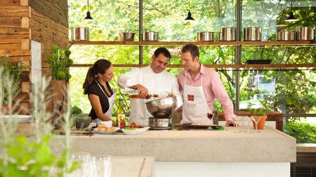In der Kochschule Genusswerkstatt vermitteln Küchenchef Jürgens und Küchendirektor Walter Leufen den Gästen modernste Kochtechniken und geben Inspiration für den eigenen Herd.